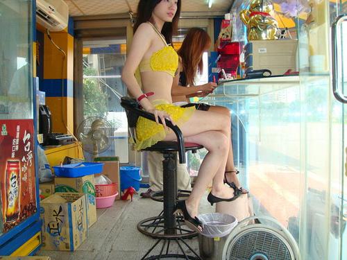 【画像】台湾でビンロウを路上販売するギャル達の衣装がエロ過ぎるwww 43枚 No.5