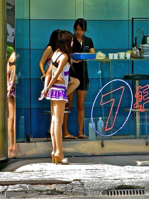 【画像】台湾でビンロウを路上販売するギャル達の衣装がエロ過ぎるwww 43枚 No.10