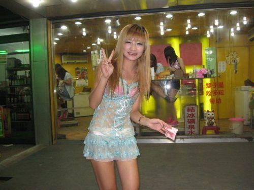 【画像】台湾でビンロウを路上販売するギャル達の衣装がエロ過ぎるwww 43枚 No.12