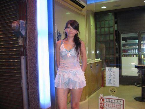 【画像】台湾でビンロウを路上販売するギャル達の衣装がエロ過ぎるwww 43枚 No.13