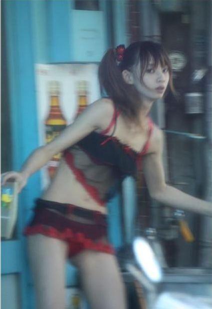 【画像】台湾でビンロウを路上販売するギャル達の衣装がエロ過ぎるwww 43枚 No.17