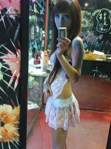 【画像】台湾でビンロウを路上販売するギャル達の衣装がエロ過ぎるwww 43枚 No.19