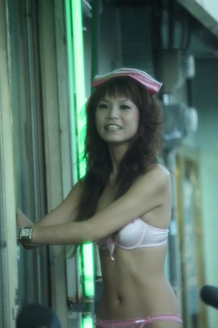 【画像】台湾でビンロウを路上販売するギャル達の衣装がエロ過ぎるwww 43枚 No.29