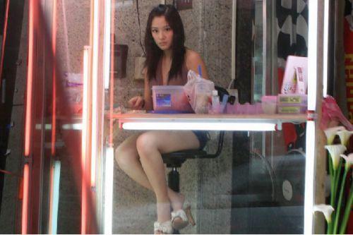 【画像】台湾でビンロウを路上販売するギャル達の衣装がエロ過ぎるwww 43枚 No.33