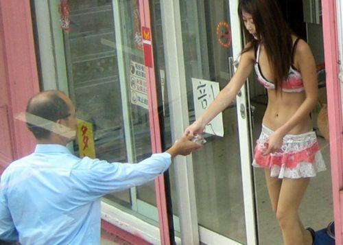 【画像】台湾でビンロウを路上販売するギャル達の衣装がエロ過ぎるwww 43枚 No.36