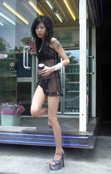 【画像】台湾でビンロウを路上販売するギャル達の衣装がエロ過ぎるwww 43枚 No.38
