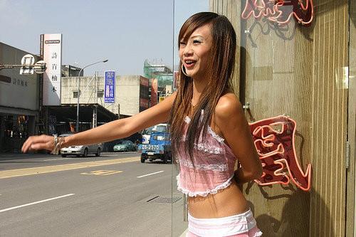 【画像】台湾でビンロウを路上販売するギャル達の衣装がエロ過ぎるwww 43枚 No.39