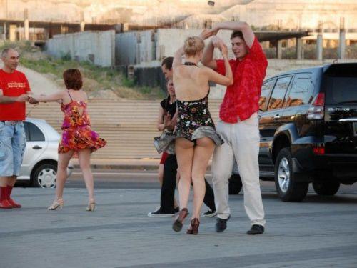 海外女性のスカートがエッチに舞い上がる風パンチラエロ画像 41枚 No.1