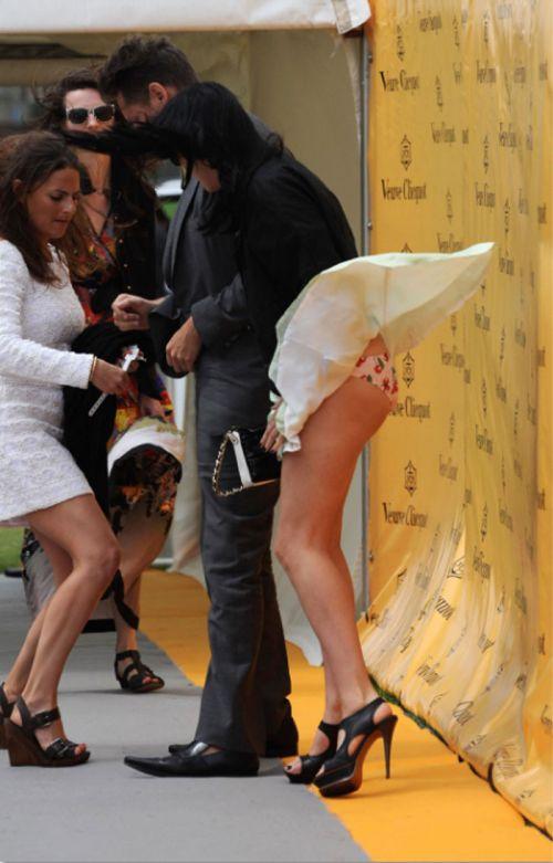 海外女性のスカートがエッチに舞い上がる風パンチラエロ画像 41枚 No.4