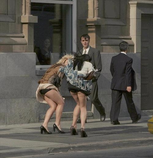 海外女性のスカートがエッチに舞い上がる風パンチラエロ画像 41枚 No.11