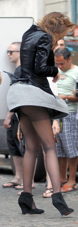 海外女性のスカートがエッチに舞い上がる風パンチラエロ画像 41枚 No.27