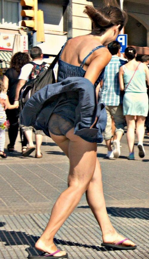 海外女性のスカートがエッチに舞い上がる風パンチラエロ画像 41枚 No.32