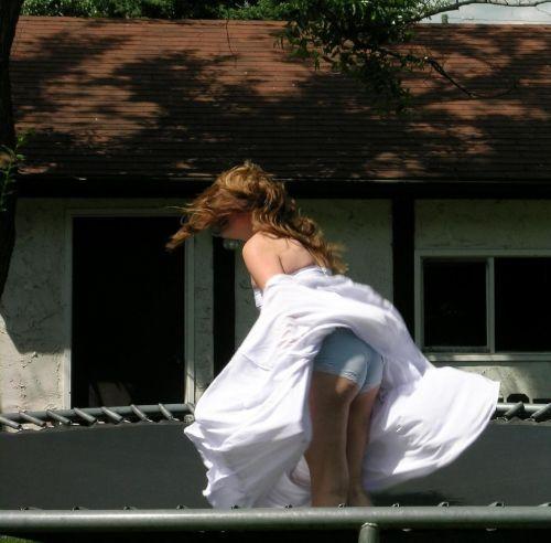 海外女性のスカートがエッチに舞い上がる風パンチラエロ画像 41枚 No.33