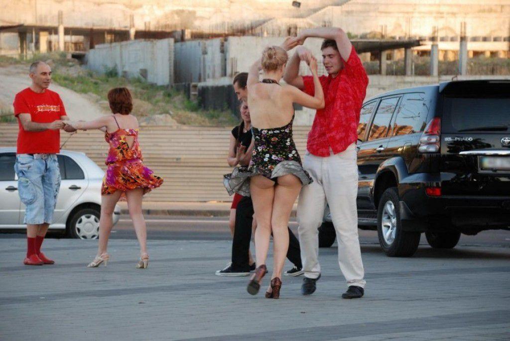 海外女性のスカートがセックスに舞い上がる風パンツ丸見ええろ写真 41枚