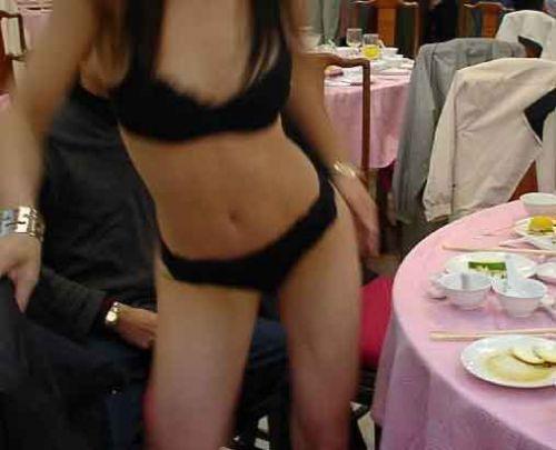 温泉旅館のピンクコンパニオンが宴会でおっぱい・マンコ丸出しで大はしゃぎwww 32枚 No.10
