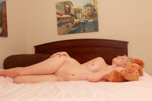裸族な外国人女性が巨乳やデカ尻丸出しで寝ている盗撮エロ画像 35枚 No.17