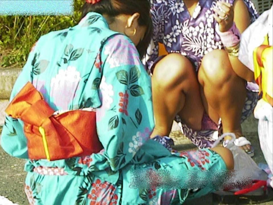 お祭りや花火大会で浴衣姿の女子の座りパンツ丸見え秘密撮影写真 36枚