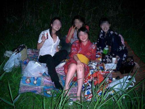 お祭りや花火大会で浴衣姿の女の子の座りパンチラ盗撮画像 36枚 No.7