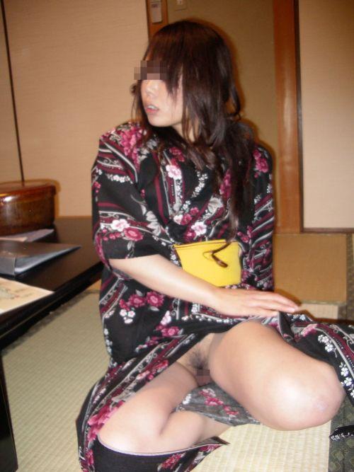 お祭りや花火大会で浴衣姿の女の子の座りパンチラ盗撮画像 36枚 No.8