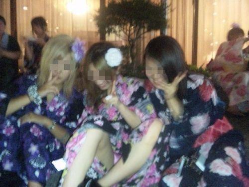 お祭りや花火大会で浴衣姿の女の子の座りパンチラ盗撮画像 36枚 No.12