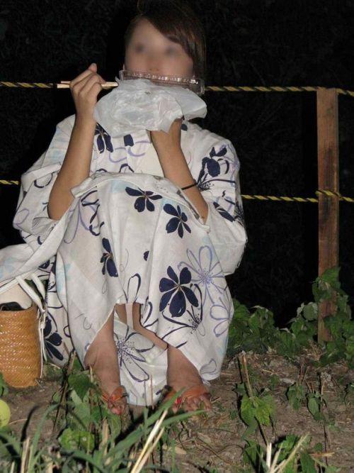 お祭りや花火大会で浴衣姿の女の子の座りパンチラ盗撮画像 36枚 No.13