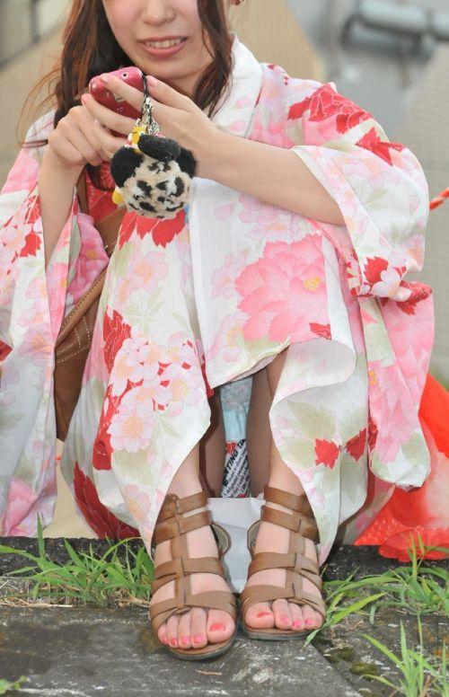 お祭りや花火大会で浴衣姿の女の子の座りパンチラ盗撮画像 36枚 No.14