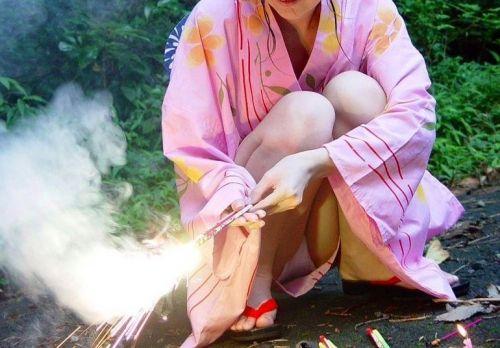 お祭りや花火大会で浴衣姿の女の子の座りパンチラ盗撮画像 36枚 No.15