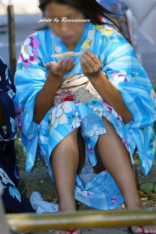 お祭りや花火大会で浴衣姿の女の子の座りパンチラ盗撮画像 36枚 No.17