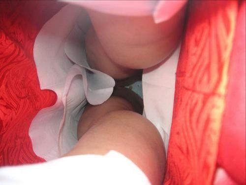 お祭りや花火大会で浴衣姿の女の子の座りパンチラ盗撮画像 36枚 No.18