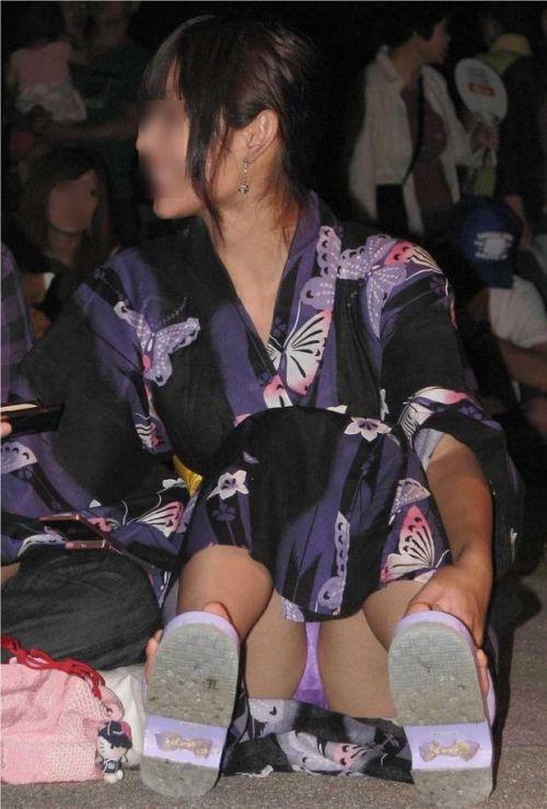 お祭りや花火大会で浴衣姿の女の子の座りパンチラ盗撮画像 36枚 No.19