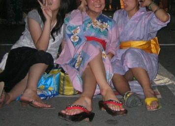 お祭りや花火大会で浴衣姿の女の子の座りパンチラ盗撮画像 36枚 No.21