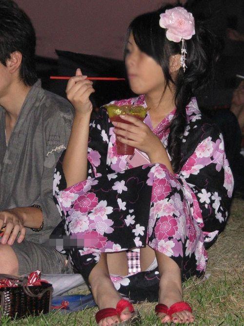 お祭りや花火大会で浴衣姿の女の子の座りパンチラ盗撮画像 36枚 No.23