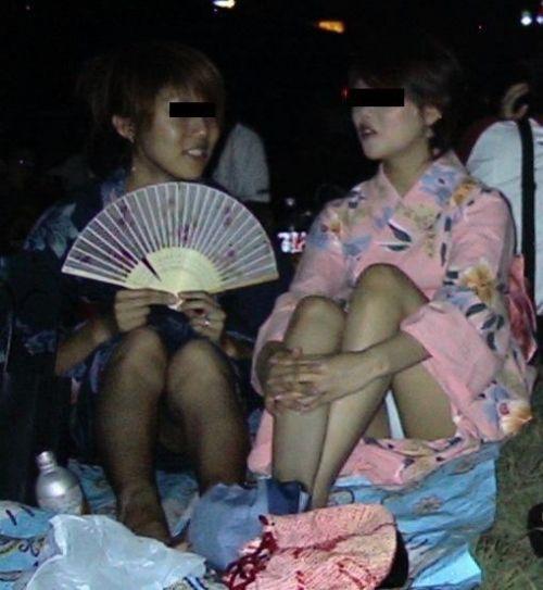 お祭りや花火大会で浴衣姿の女の子の座りパンチラ盗撮画像 36枚 No.24