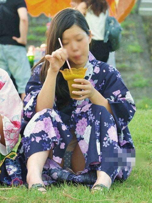 お祭りや花火大会で浴衣姿の女の子の座りパンチラ盗撮画像 36枚 No.25