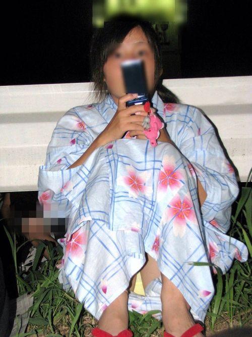 お祭りや花火大会で浴衣姿の女の子の座りパンチラ盗撮画像 36枚 No.27