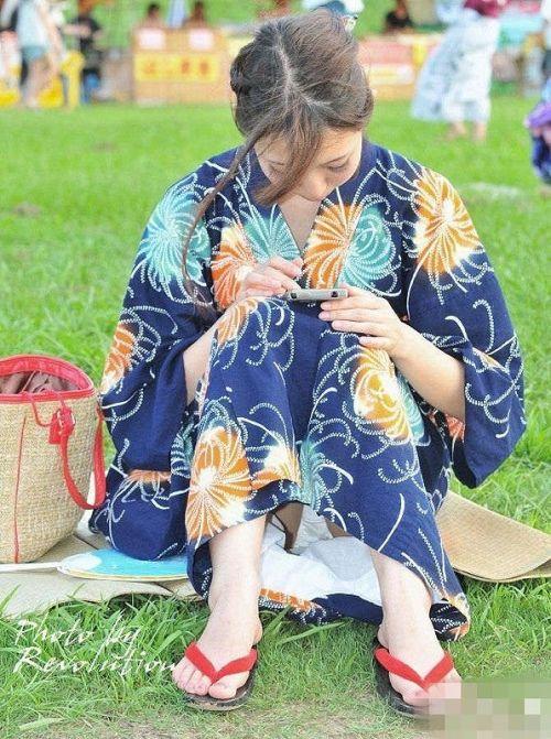 お祭りや花火大会で浴衣姿の女の子の座りパンチラ盗撮画像 36枚 No.28