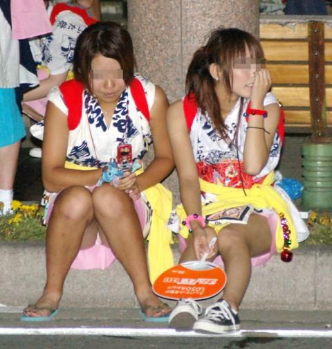 お祭りや花火大会で浴衣姿の女の子の座りパンチラ盗撮画像 36枚 No.29