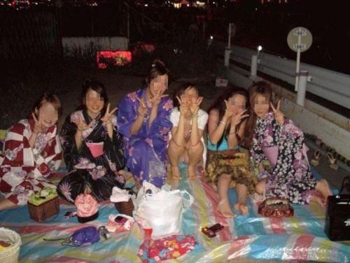 お祭りや花火大会で浴衣姿の女の子の座りパンチラ盗撮画像 36枚 No.31