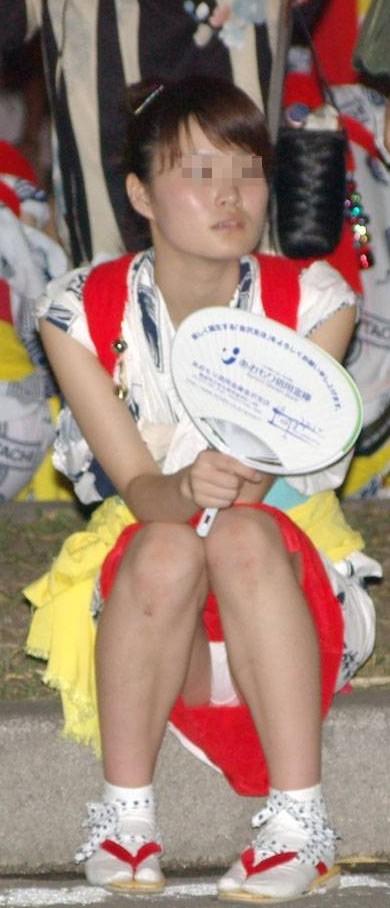 お祭りや花火大会で浴衣姿の女の子の座りパンチラ盗撮画像 36枚 No.34