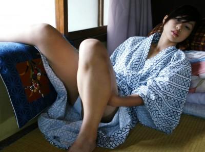 お祭りや花火大会で浴衣姿の女の子の座りパンチラ盗撮画像 36枚 No.36