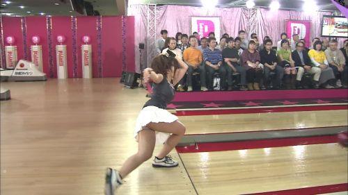 【画像】ミニスカでボウリングするJKやギャルのパンチラ率は異常www 30枚 No.5