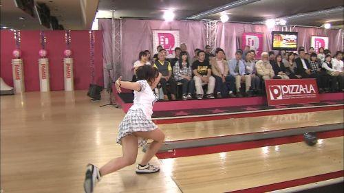 【画像】ミニスカでボウリングするJKやギャルのパンチラ率は異常www 30枚 No.10
