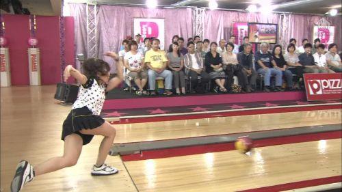 【画像】ミニスカでボウリングするJKやギャルのパンチラ率は異常www 30枚 No.12