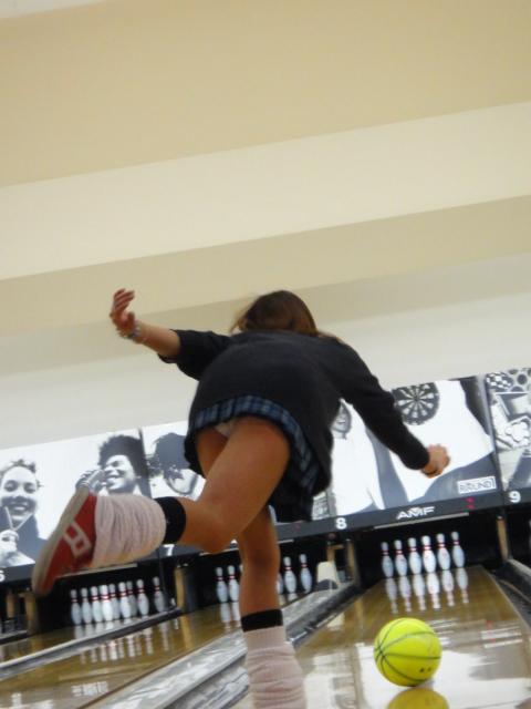 【画像】ミニスカでボウリングするJKやギャルのパンチラ率は異常www 30枚 No.13