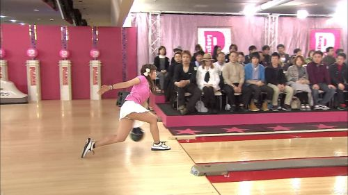 【画像】ミニスカでボウリングするJKやギャルのパンチラ率は異常www 30枚 No.14