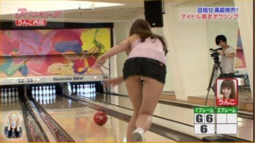 【画像】ミニスカでボウリングするJKやギャルのパンチラ率は異常www 30枚 No.21