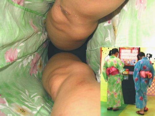 お祭りでテンションアゲアゲな浴衣女子のパンチラを逆さ撮り盗撮!! 32枚 No.21