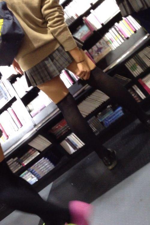 【絶対領域】お店の中のオシャレなニーソ女子限定!ムチムチ太ももエロ画像! 32枚 No.3