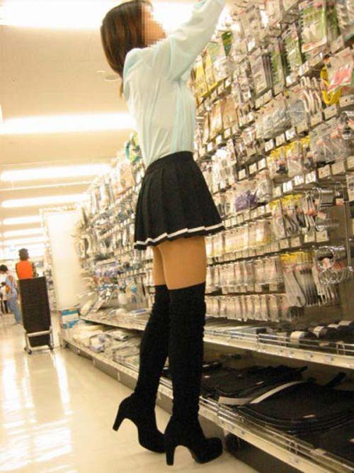 【絶対領域】お店の中のオシャレなニーソ女子限定!ムチムチ太ももエロ画像! 32枚 No.17