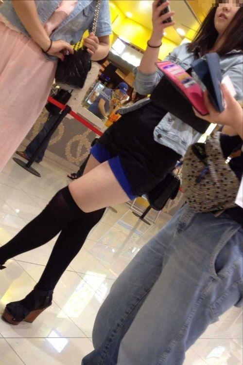 【絶対領域】お店の中のオシャレなニーソ女子限定!ムチムチ太ももエロ画像! 32枚 No.19